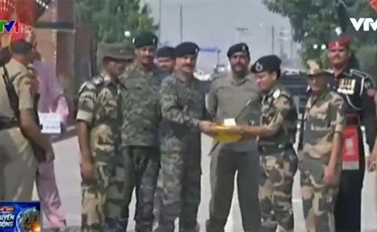 Biên phòng Ấn Độ và Pakistan trao đổi bánh kẹo