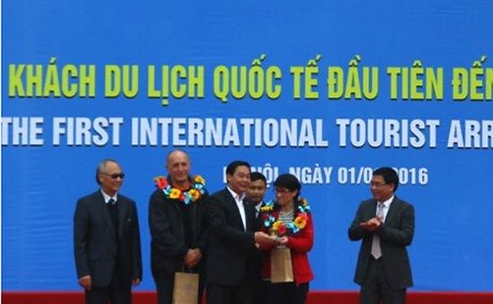 Hà Nội đón vị khách quốc tế đầu tiên năm 2016
