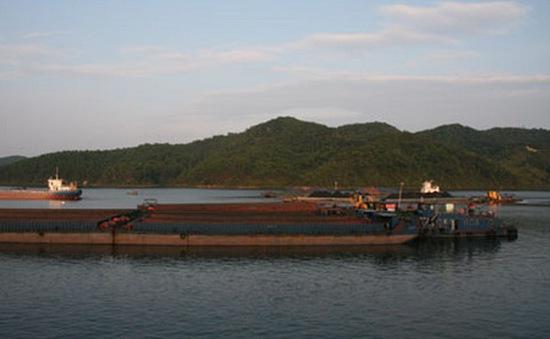 Quảng Ninh: Sà lan va chạm thuyền nan nhỏ, 1 người mất tích