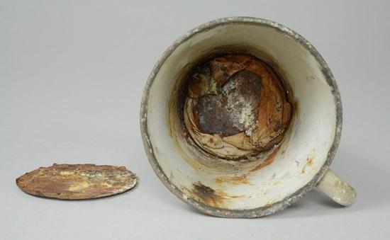 Nhân viên bảo tàng phát hiện bí mật giấu dưới đáy cốc hơn 70 năm