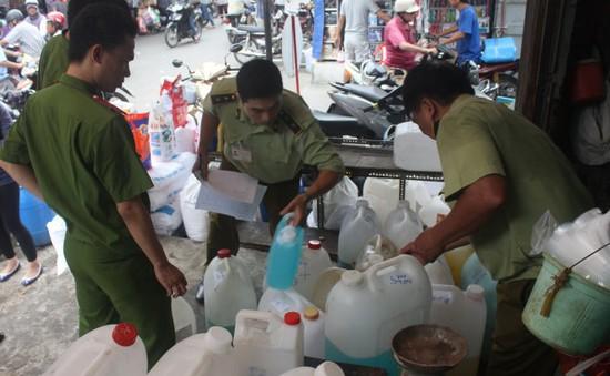Tổng kiểm tra các cửa hàng kinh doanh hóa chất tại chợ Kim Biên