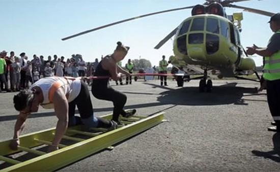 Choáng cảnh cô gái kéo cả trực thăng nặng 8,6 tấn
