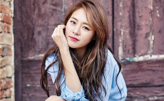 """""""Bình hoa di động"""" Lee Yeon Hee đẹp lãng mạn ở trời Âu"""