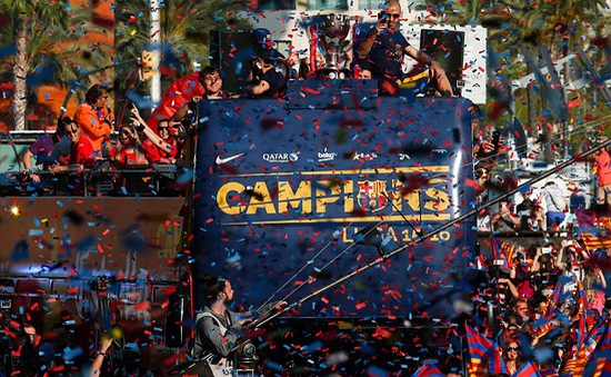 Messi cười phớ lớ trong ngày Barcelona mở đại tiệc mừng công