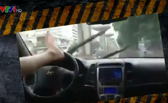 Trời mưa, lái ô tô bằng… chân