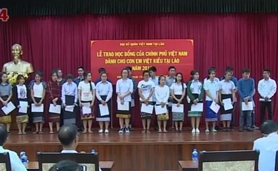 Trao học bổng Chính phủ Việt Nam cho con em Việt kiều tại Lào