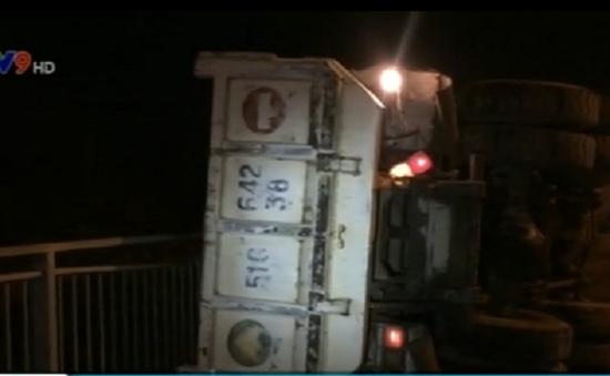 TP.HCM: Xe tải lật ngang trên cầu Phú Mỹ