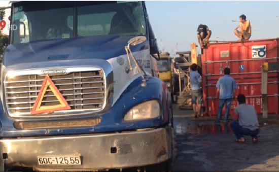 Xe container lật nhào, QL1 ùn tắc nghiêm trọng
