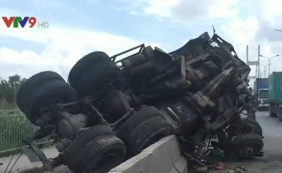 TP.HCM: Xe tải lật trên cầu Phú Mỹ, 1 người bị thương nặng