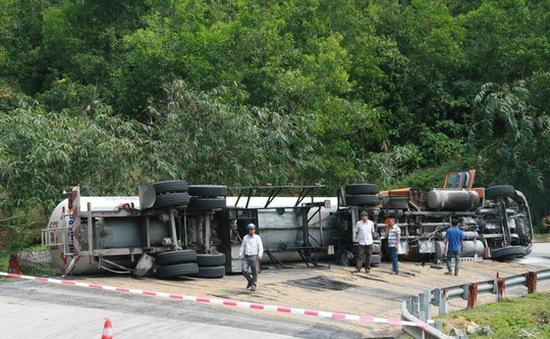 Lật xe container chở gần 17 tấn ga tại đèo Hải Vân