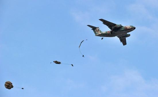Lính dù tinh nhuệ của Nhật Bản tập trận
