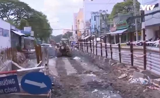 Người dân TP.HCM khốn khổ vì lô cốt công trình