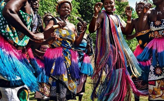 Lupita Nyong'o rực rỡ sắc màu ở Kenya