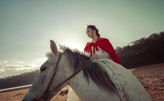 Mỹ Tâm khoác áo choàng đỏ, cưỡi ngựa trong MV mới