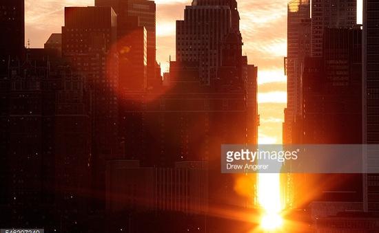 Chiêm ngưỡng cảnh hoàng hôn độc đáo hiếm có trong năm ở Manhattan, Mỹ