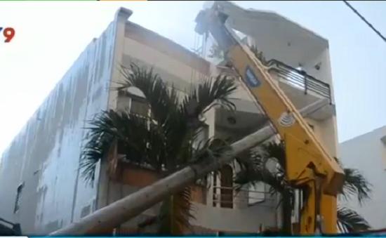 TP.HCM: Đào móng làm đổ cột điện, hàng nghìn nhà dân bị mất điện