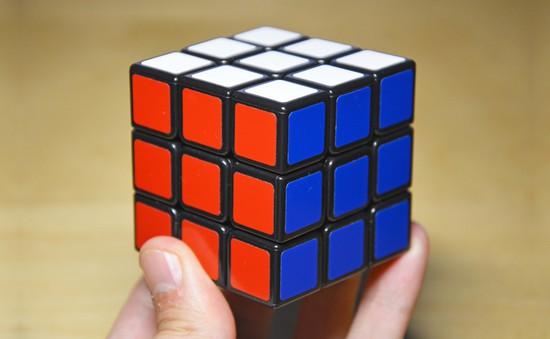 Chàng trai 24 tuổi kiếm hàng ngàn USD nhờ bán tranh từ… khối Rubik
