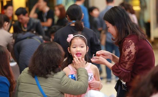 Phụ huynh chăm chút đưa con đi thi Vietnam Idol Kids