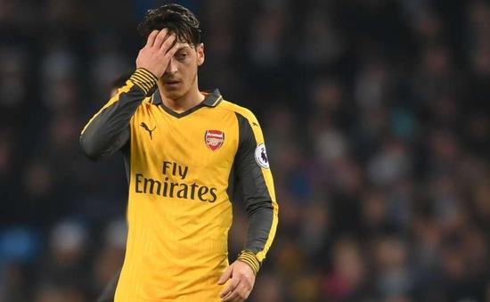 Chính thức: Sau Aubameyang, Ozil báo tin mừng cho fan Arsenal