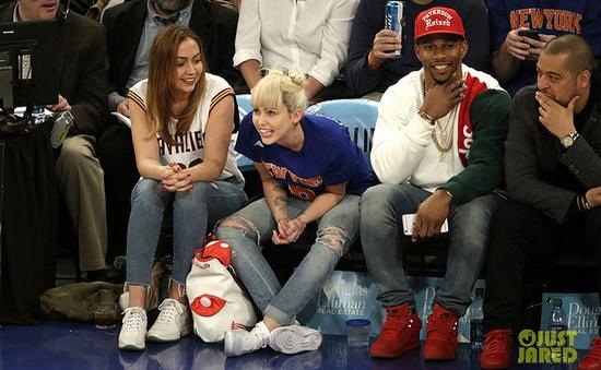 Miley Cyrus khoe nhẫn đính hôn