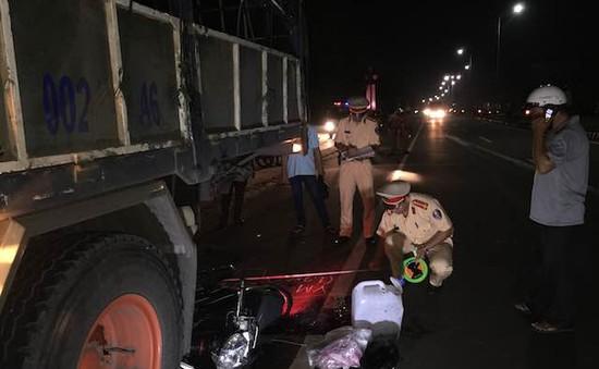 Bến Tre: Mô tô tông đuôi xe tải, 1 người tử vong