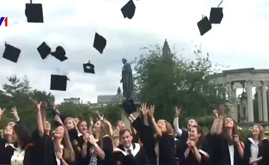 Anh: Cấm sinh viên ném mũ tốt nghiệp lên trời