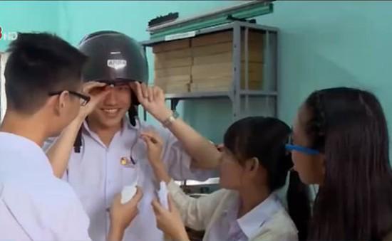 Học sinh lớp 12 sáng tạo mũ bảo hiểm thông minh