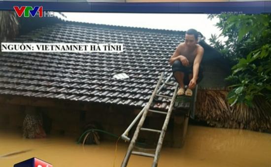 Những hình ảnh gây xúc động trong mưa lũ tại miền Trung
