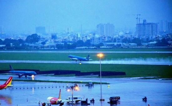 Gần 40 chuyến bay không thể đáp xuống Tân Sơn Nhất vì mưa lớn