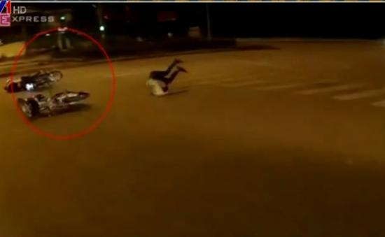 Hai xe máy vượt đèn đỏ tông nhau, 3 người văng lộn nhào
