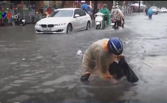 Rác trôi bồng bềnh trên phố sau mưa lớn ở TP.HCM