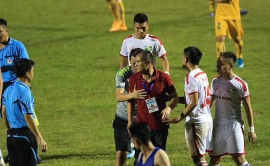 Phản ứng trọng tài, HLV Ngô Quang Trường bị cấm chỉ đạo 2 trận
