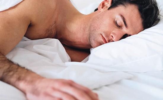 Ngủ nướng ảnh hưởng đến khả năng có con của đàn ông