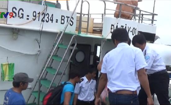 Cứu 15 ngư dân gặp nạn trên biển Trường Sa