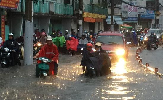 Nhiều tuyến đường ở TP.HCM thành sông sau trận mưa to