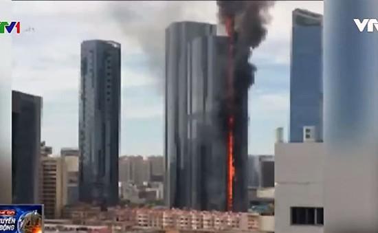 Nhà cao tầng tại Trung Quốc bốc cháy không rõ nguyên nhân