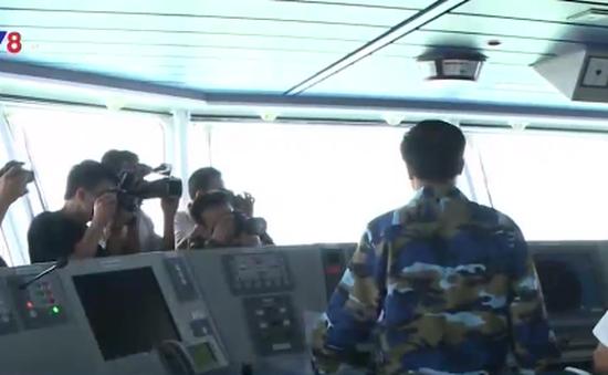 Cảm xúc khó quên của những nhà báo sát cánh cùng Cảnh sát biển