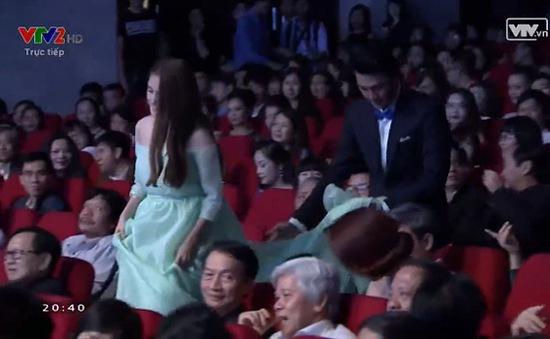 Clip: Quang Tuấn liên tục nâng chân váy giúp Nhã Phương