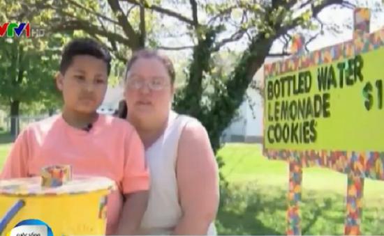 Cảm động cậu bé bán nước chanh để được làm con nuôi tại Mỹ