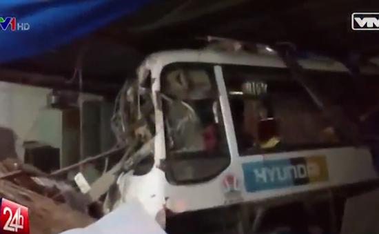 Ô tô khách đâm sập hai căn nhà trên Quốc lộ 56