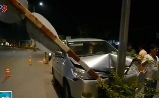 Bình Phước: Xe ô tô 7 chỗ tông vào dải phân cách