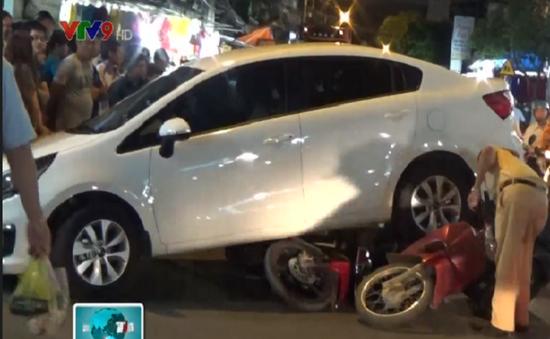 TP. HCM: Hàng chục người nâng xe hơi, giải cứu nạn nhân dưới gầm
