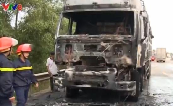 Va chạm giao thông, ô tô tải và xe máy bốc cháy dữ dội