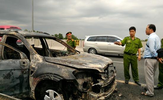 Ô tô cháy rụi trên cao tốc TP.HCM - Trung Lương