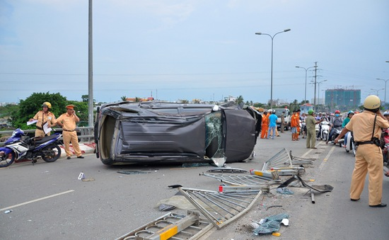 TP.HCM: Xe Fortuner lật nghiêng trên cầu Lò Gốm, 3 người bị thương