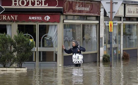 Pháp tiếp tục đối phó với lũ lụt