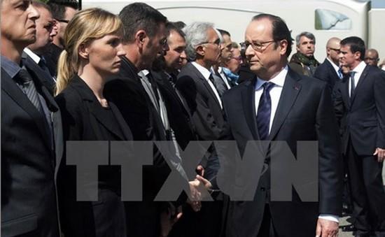 Tổng thống Pháp ủng hộ cảnh sát mang súng ngoài giờ làm