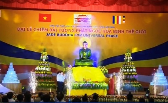 Hàng nghìn người chiêm bái tượng Phật Ngọc Hòa bình thế giới tại Chùa Bái Đính