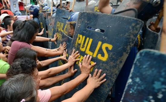 Philippines: Xe cảnh sát cán người biểu tình