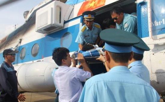 Trực thăng đưa bệnh nhân bị hôn mê từ Trường Sa về TP.HCM cấp cứu